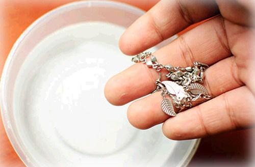 Mẹo tẩy trắng trang sức bạc thật không thể dễ dàng hơn