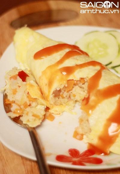 Nguyên liệu: 1tô cơm 2 quả trứng ½ củ cà rốt ½ củ hành tây 3 tép tỏi 200g xúc xích (các bạn có thể thay thế bằng phần ức gà, thịt băm hoặc hải sản…)