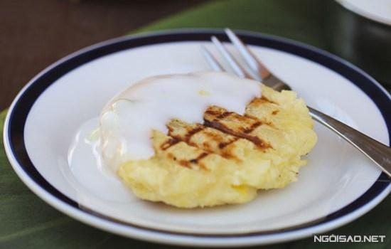 Chiếc bánh được nướng chín vàng ươm tỏa hương thơm nức, ăn kèm là nước cốt dừa béo ngậy càng làm tăng thêm sức hấp dẫn cho món ăn. Nguyên liệu: 450 g khoai mì