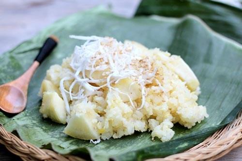 Món ăn sáng dân dã, dễ chế biến có vị dẻo thơm của gạo nếp, quyện lẫn với vị beo béo của đỗ xanh và bùi bùi của sắn. Nguyên liệu: 1 bát con gạo nếp 1 củ