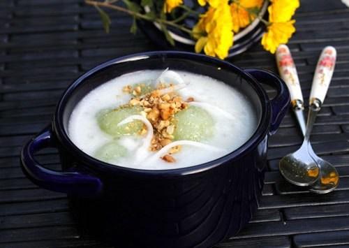 Bát chè nóng với củ sắn dai, pha lẫn mùi thơm của lá nếp, quyện với nước cốt dừa béo ngậy và những hạt trân châu dẻo, lạ lạ mà hấp dẫn. Nguyên liệu: 1 củ sắn