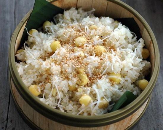 Món xôi dừahạt senlà sự kết hợp tinh tế giữa hương vị béo ngậy của dừa, hương thơm thoang thoảng từ hạt sen tạo nên một món xôi dẻo thơm đầy lôi cuốn.