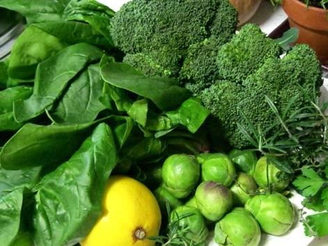 Những món ăn chứa nhiều sắt: Rau có lá màu xanh đậm