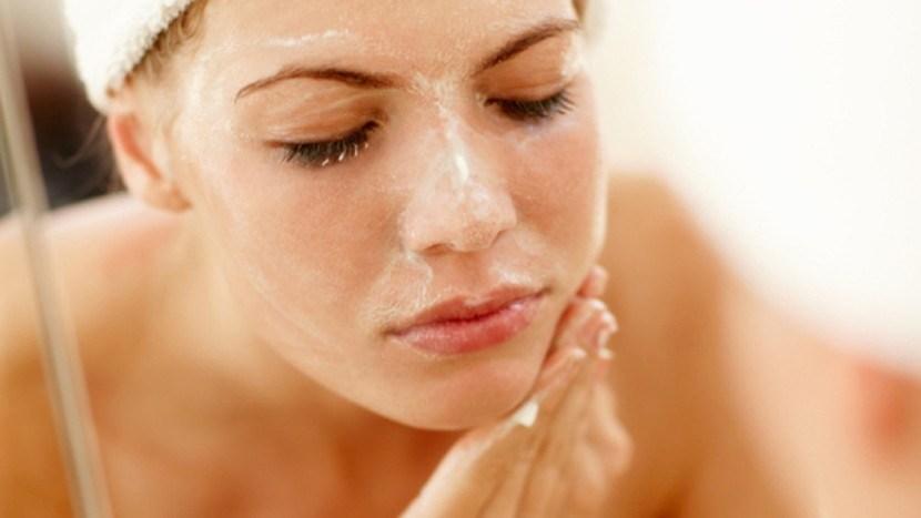 Theo các chuyên gia chăm sóc sắc đẹp, việc sử dụng kem tẩy tế bào chết sẽ loại bỏ các tế bào chết và cả những chất cặn bã lẫn độc tố trên bề mặt da, tái tạo