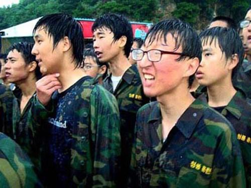 Nhiều phụ huynh Hàn Quốc cho con được quá nuông chiều làm quen môi trường quân đội để mong chúng có thể thành tài, thành người. Trại huấn luyện Blue Dragon