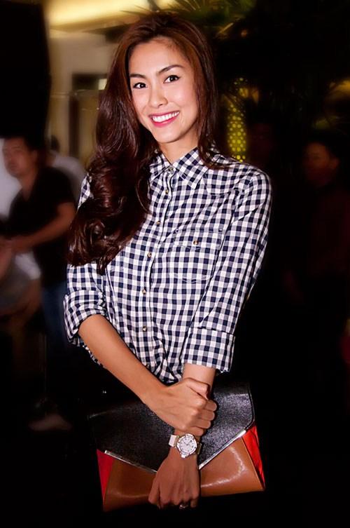 Mỹ nhân Việt đẹp với áo sơ mi kẻ năng động