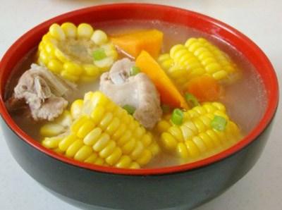 Nguyên liệu: Sườn lợn 400g Ngô ngọt 1 bắp Củ sen 1 đốt Một chút cần tây; hành, gừng, muối. Món canh sườn ngô này rất xứng đáng để bạn thử. Cách làm: Sườn