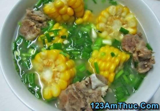 Canh ngô hầm xươngheo là món ăn lạ miệng và có hiệu quả giải nhiệt trong những ngày nắng nóng. Với cái vị ngọt tự nhiên sẵn có của ngô khi được kết hợp hầm