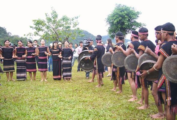 Người Êđê ở Dak Lak có nhiều nhóm địa phương khác nhau, nhưng đều giống nhau về hình thức trang sức và trang phục. Trang sức và trang phục của người Êđê mang