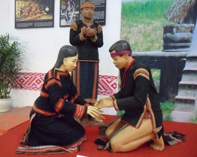Đàn ông người Minang Kabau đầu thế kỷ XX, sống trên đảo Sumatra của Indonesia cũng theo chế độ Mẫu hệ cư trú trong nhà dài nhiều mái cong thuyền tương tự như