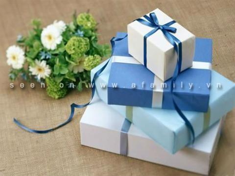 Không có hộp tận dụng, cũng không kịp đi gói quà ngoài hàng, bạn vẫn có thể tự làm hộp quà liền giấy gói một cách đơn giản, nhanh gọn mà vẫn rất đẹp