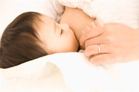 Có nên cho trẻ sơ sinh uống sữa non hay không?