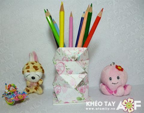 Làm ống cắm bút handmade. Những các làm ống cắm bút đẹp, độc và đơn giản nhất. Ống cắm bút Origami cho bàn làm việc gọn gàng hơn Với cách làm này