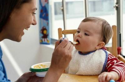 Cho bé ăn khi 8 tháng tuổi