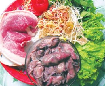 Cư dân duyên hải miền Trung kể cũng hay, bất kể sản vật từ biển nào theo mùa là cũng sẽ có một đặc sản. Chẳng hạn như vào mùa ruốc thì có mắm ruốc, mùa