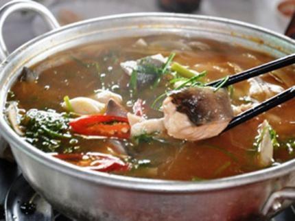 Cá lăng là loại cá da trơn. Thịt cá rất mềm, thơm ngon, ít xương dăm, giàu chất dinh dưỡng, thịt cá lại không có dăm xương,… nên được nhiều chị em rất ưa
