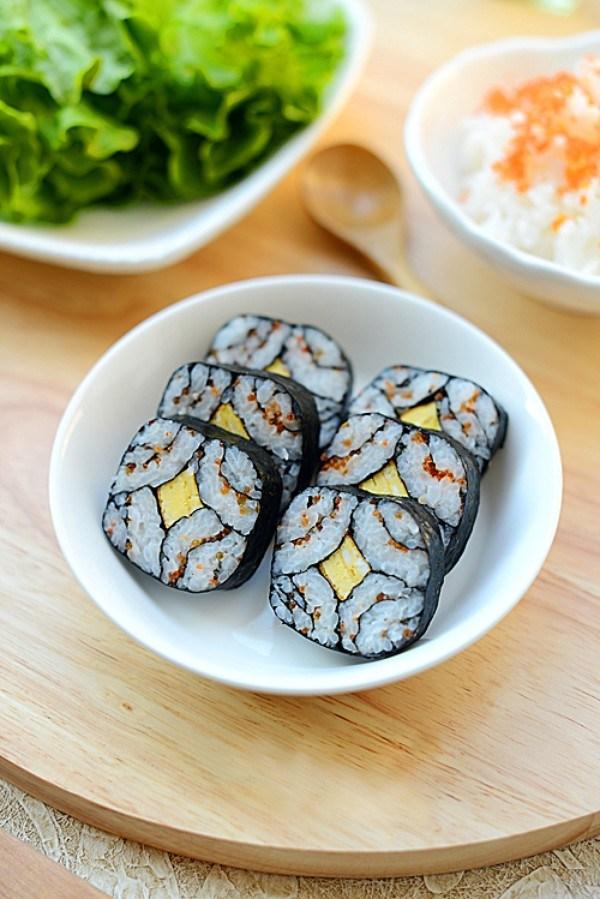 Sushi ăn ngon, cân đối dưỡng chất, tiện sử dụng và rất hấp dẫn hình thức. Bạn hãy thử cuộn cơm theo cách làm sushi độc đáo, đẹp mắt này nhé! Cách làm