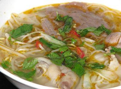 Cách nấu bún bò giò heo thơm ngon đúng vị Huế