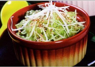Xôi lá dứa trộn dừa sợi có màu xanh đẹp mắt và thơm mùi lá dứa rất hấp dẫn.Làm món này cho cả nhà ăn sáng rất phù hợp đó bạn. Cách nấu xôi lá dứa