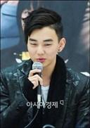 Kiểu tóc của Hwang Baek Hyun vô cùng sành điệu