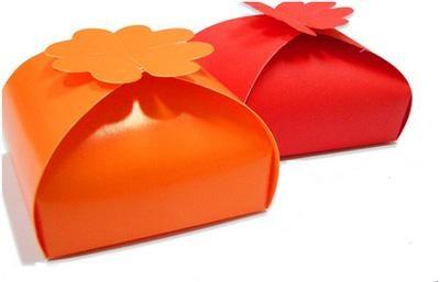 Hộp quà có hình cỏ 4 lá tượng trưng lời chúc may mắn trong ngày vui, thích hợp để đựng sôcôla cưới hoặc bánh cookie dạng bánh. Cùng làm những chiếc hộp