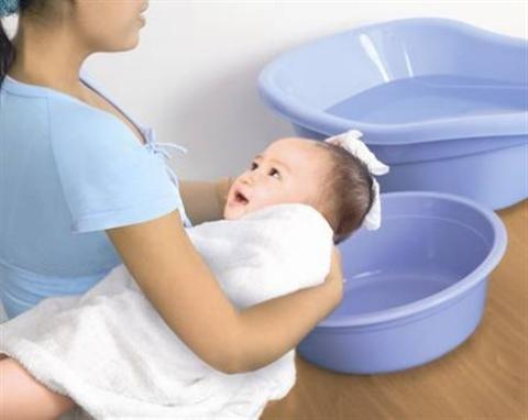 Em bé bị rôm sảy và cách điều trị, phòng tránh