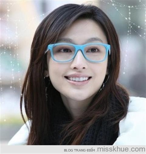 7 gợi ý trang điểm cho cô nàng đeo kính  Không ít bạn gái cảm thấy cặp kính cận như một cản trở khi làm đẹp. Nhưng, thay vì buồn phiền với