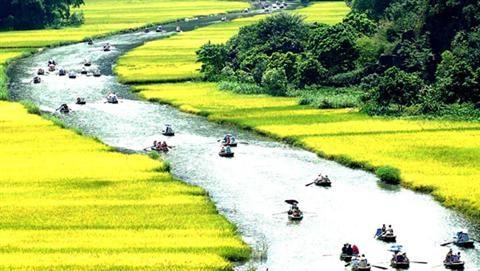 Khu du lịch Tam Cốc – Bích Động nằm trên địa phận xã Ninh Hải (huyện Hoa Lư), thuộc Quần thể Danh thắng Tràng An. Nơi đây nổi tiếng là một quần thể du lịch