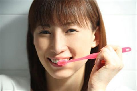 Cách chữa đau răng nhanh chóng hết đau.Ngoài việc gây đau nhức và những biến chứng viêm tuỷ, viêm quanh chân răng, sâu răng còn gây ra những cản trở về