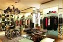 Cách trang trí shop thời trang cực ấn tượng thu hút khách