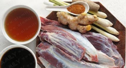 Bắp bò hầm mật mía có vị thơm, cay của gừng, sả, quế, ớt và vị giòn, ngọt tự nhiên của bắp bò hòa quyện với vị đậm đà, thơm dịu của mật mía là sự kết hợp