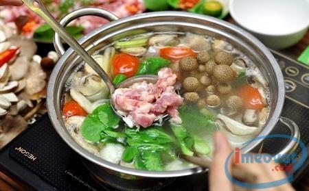 Lẩu thập cẩm là món ăn dễ nấu và được ưa chuộng trong tất cả các gia đình và các sự kiện hội hè tụ tập của các bạn trẻ. Là món ăn đơn giản và dễ nấu, lẩu thập