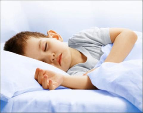 Nguyên nhân trẻ giật mình khi ngủ