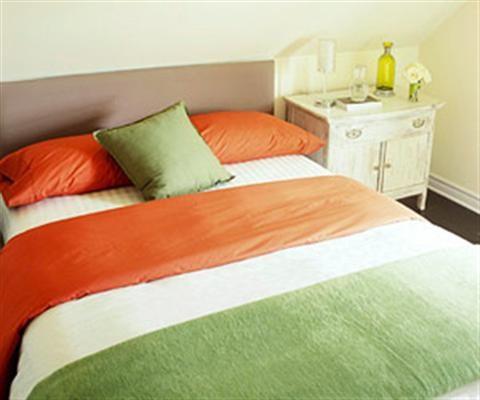 Sáng tạo cho phòng ngủ hẹp.Sử dụng các vật dụng cùng tông màu, phối hợp màu sơn tường, trần nhà hay đặt thêm tấm gương, làm rèm cửa... là những cách đơn