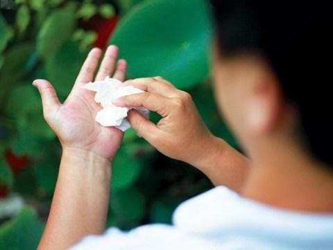 Cách chữa bệnh ra mồ hôi tay chân nhanh và đơn giản