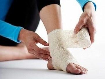 Cho em hỏi em đá banh bị bong gân thì có thể tự điều trị ở nhà không? Và nếu được thì bằng cách nào? Phòng mạch có thể giúp em 1 số phương pháp dân gian đơn