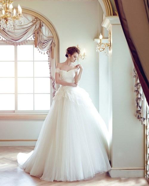 Các mẫu váy cưới cho cô dâu thấp bé