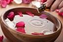 9 lý do bạn nên sở hữu ngay một lọ nước hoa hồng trên bàn trang điểm