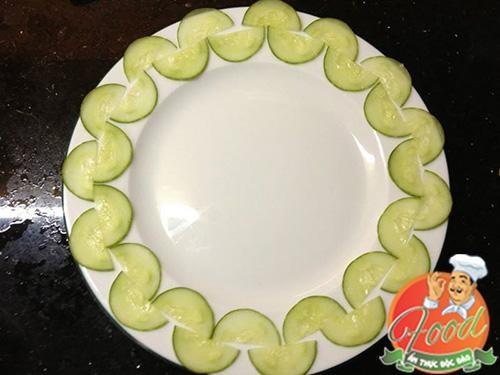 Chỉ với dưa leo và cà rốt bạn có thể trang trí món ăn rất đơn giản mà lại bắt mắt. Hãy cùng thử tài để ông xã bạn bất ngờ nhé. Trang trí món ăn đơn giản với