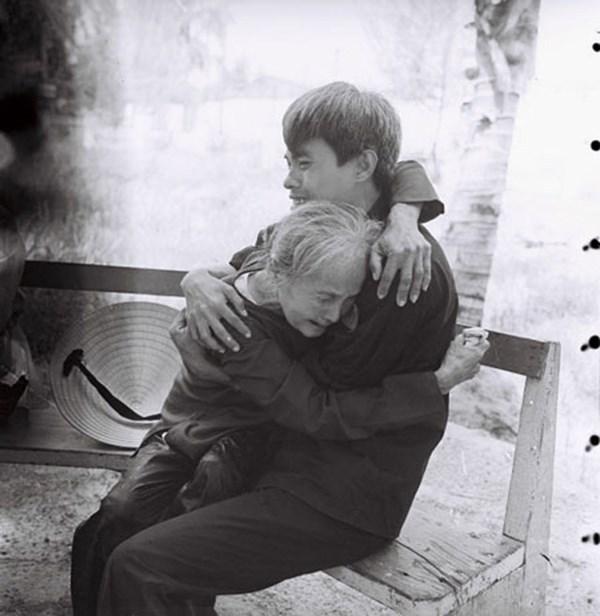 Cả trại giam đã bật khóc trước hai chiếc bao tải của mẹ