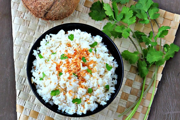 Bước 1:Cơm dừa sấycó thể được thực hiện bằng các phương pháp khác nhau. Cách đơn giản nhất là lấy trái dừa tươi đã bỏ vỏ, cắt thành 2 nửa rồi cắt nhỏ bằng