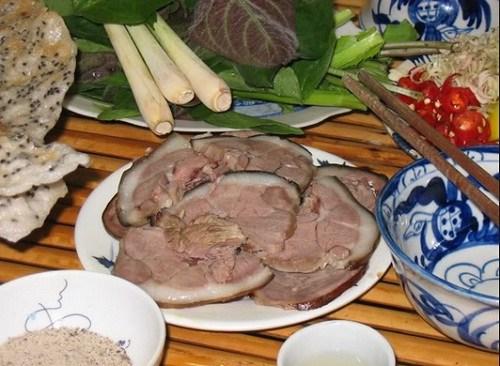 1.Nguyên liệu chuẩn bị: – Thịt chó thui:1kg – Riềng: 100g – Mẻ: 50g  – Mắm tôm: 20g – Muối, tiêu, mì chính, sả,ớt tươi, chanh, các loại rau thơm, nghệ.