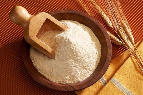 Bột mì không những là một nguyên liệu làm bánh, nó còn là một nguyên liệu làm đẹp tuyệt vời, và một trong những công dụng làm đẹp của nó là khả năng trị mụn