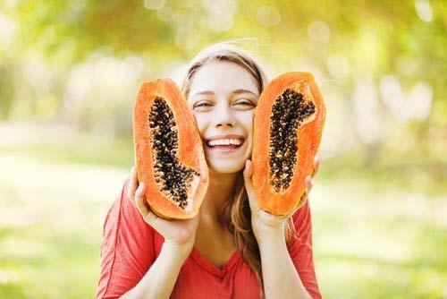 Mặt nạ lô hội là một trong những biện pháp khắc phục làn da khô lâu đời nhất. Chỉ cần cắt một phần lá lô hội, bóp lấy phần gel rồi nhẹ nhàng thoa lên vùng da