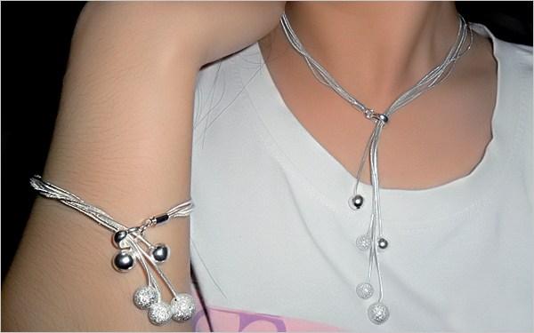 Trang sức không thể thiếu với chị em, nhất là đồ bằng bạc vì chúng vừa đẹp vừa có thể đánh gió. Nhưng dùng lâu ngày, bạc thường bị xỉn màu, mất lớp bóng.