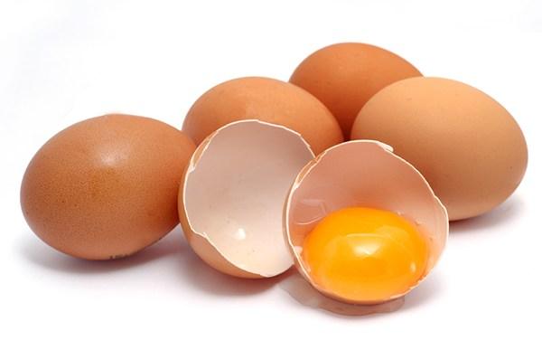 Chào Bác sĩ! Em có thói quen ăn 2 quả trứng gà luộc hoặc chiên vào mỗi buổi sáng, khoảng 34 ngày trong tuần. Nhiều bài viết trên mạng bảo rằng có thể ăn tối