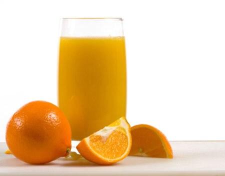 Trong thời gian mang thai, bà bầu nên tăng cường sử dụng một số loại nước uống sau nhằm bổ sung dưỡng chất cần thiết cho cả mẹ và bé. 1. Nước cam  Nước cam
