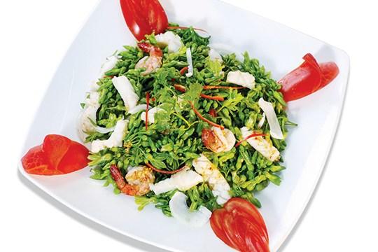 BÔNG THIÊN LÝ XÀO HẢI SẢN Món bông thiên lý xào hải sản không những có màu sắc rất hài hòa: tôm đỏ, mực trắng, bông xanh mà hương vị cũng rất thơm ngon, lạ
