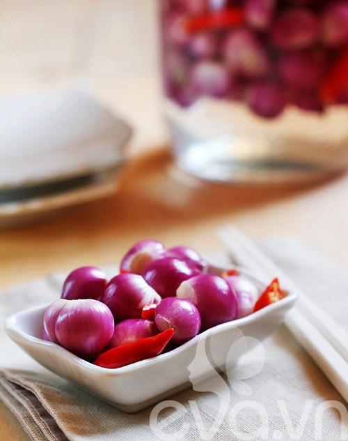 Để muối hành có độ chua chua, giòn giòn và không bị hăng cũng cần biết cách đấy nhé chị em. Nguyên liệu:  Hành tím: 500 gr Đường, muối, dấm trắng. Nước lọc,