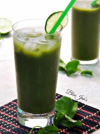Sinh tố đậu xanh rau má không chỉ đơn thuần là một thức uống được sử dụng trong ngày hè mà còn có tác dụng thanh nhiệt giải độc đối với cơ thể. Cách làm